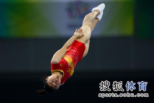 图文:全运会女子蹦床决赛 空中姿态优美