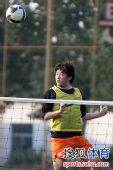 图文:[中超]鲁能网式足球备战 崔鹏狮子甩头