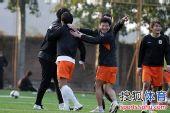 图文:[中超]鲁能网式足球备战 李金羽开怀大笑