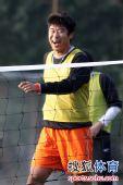 图文:[中超]鲁能网式足球备战 韩鹏开怀笑