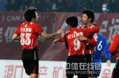 图文:[中甲]辽宁5-1南京夺冠 李铁祝贺队友