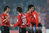 图文:[中甲]辽宁5-1南京夺冠 杨旭拥抱安德森