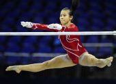 图文:体操世锦赛女子资格赛 洪可秀在比高低杠