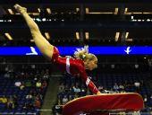 图文:体操世锦赛女子资格赛 霍加德跳马瞬间