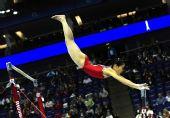 图文:体操世锦赛女子资格赛 姜英美在比高低杠
