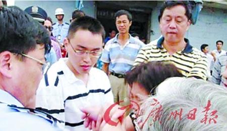 敬老院的老人哭泣着哀求拆迁办不要对养老院施压。