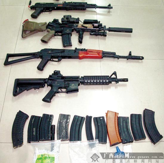图为警方从蒙某住处缴获的仿真枪。