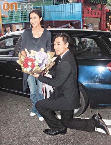 拍摄一场戏,剧情讲述西装上身的林峰手持鲜花当街跪地向杨怡求婚,吸引图片