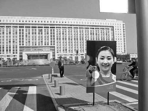 何雯娜的巨幅头像立在了奥体中心龙鼎大道最北头。记者 丁捷 摄