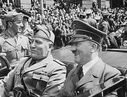 慕尼黑/1940年,希特勒(右)和墨索里尼(左)在慕尼黑同坐一辆敞篷车...