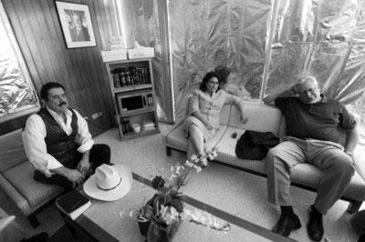 塞拉亚 (左)与谈判代表梅萨 (右)在巴西使馆交谈