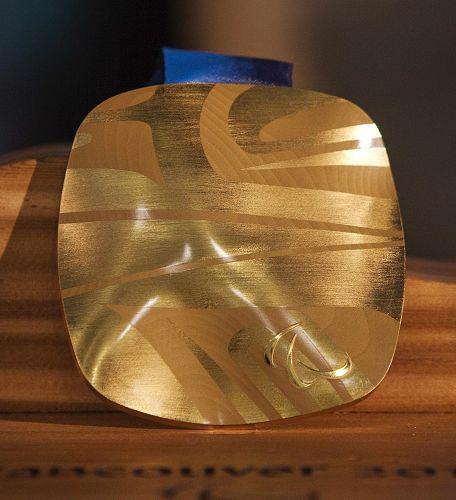 图文:2010年冬奥金奖牌温哥华亮相 金牌展出