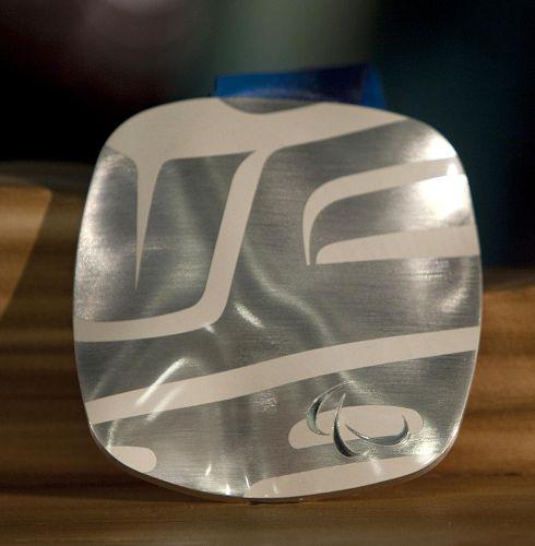 图文:2010年冬奥金奖牌温哥华亮相 银牌展出