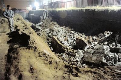 一名受伤工人的工友站在上午的塌方处。本报记者朱嘉磊摄
