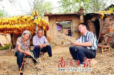 李敬斋帮自己的父母忙农活 高笑摄