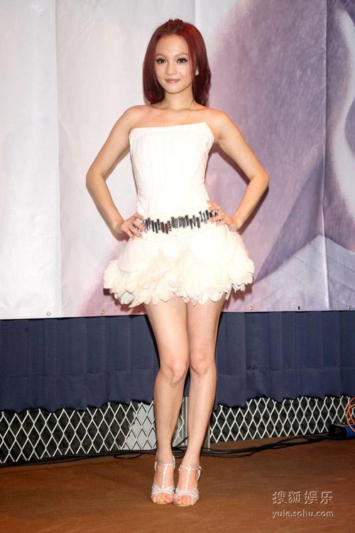 10月11日台北,Angela(张韶涵)停工18天,取消57个工作,再次开工,变身性感舞娘秀身材。