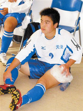 天津今晚传媒女足青年队队员张晨雪带伤坚持打完全运会。本报记者 何颖摄