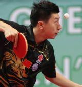 图文:男乒世界杯预选赛 马龙发球瞬间目光专注