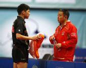 图文:男乒世界杯预选赛 陈�^与刘国梁进行交流