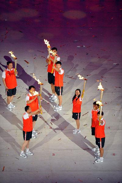 末棒是五位火炬手:王皓、张小平、黄金宝、吕晓磊、周玉新