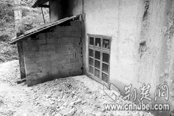 矿渣冲到村民窗户下