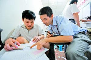 深圳彩民一块研究彩票行情。