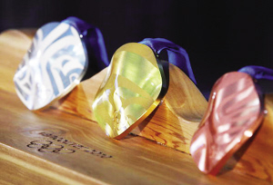 这是温哥华冬奥会正式对外公布的金、银、铜牌样式。资料图片