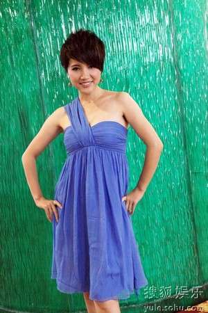 颜丙燕身着蓝色小礼服亮相