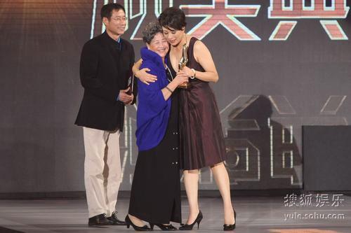 图:金鸡奖颁奖现场 岳红拥抱颁奖人