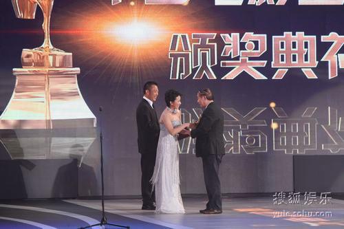 图:丁柳媛和侯勇为《廉吏于成龙》颁奖