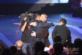 图:金鸡奖现场 冯小刚和嘉宾拥抱