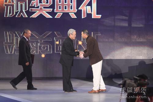 图:金鸡奖现场 谢飞和侯孝贤为冯小刚颁奖