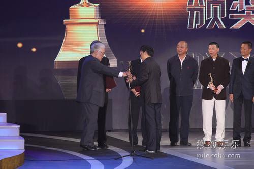 图:金鸡奖现场 于洋李行上台为最佳故事片颁奖