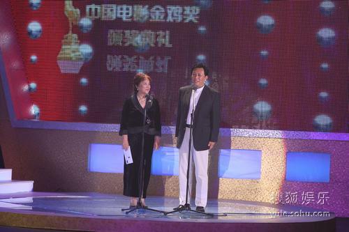 图:唐国强祝希娟为评会最佳故事片开奖