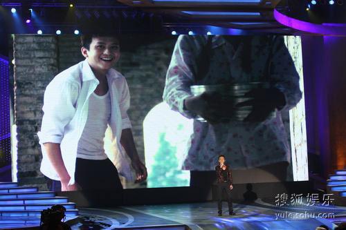 图:金鸡奖现场 邓超演唱电影节主题曲《绽放》
