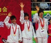 图文:武术散打女子团体颁奖仪式 上海队队员