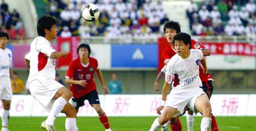 刘健(右前)与对方队员拼抢激烈,寸土必争。CFP供图
