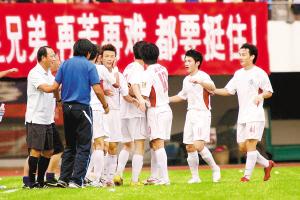 深足主教练谢峰(蓝衣者)和队员们庆祝扳平比分。CFP供图