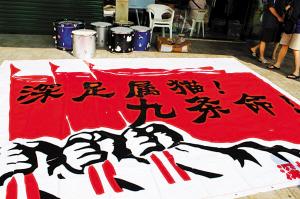 最近几个赛季,深足总是能化险为夷,成功保级,这是深圳球迷为本场比赛制作的横幅,大家都希望深足能再度死里逃生。