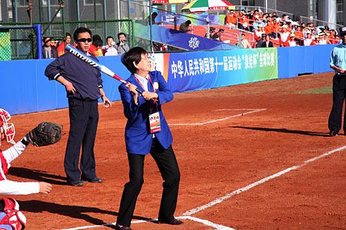 图文:全运垒球比赛开赛 垒协副主席为比赛开棒