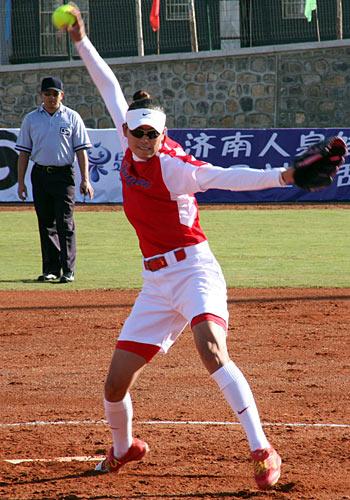 图文:全运垒球比赛开赛 江苏投手王兰在比赛中