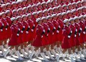 """海归""""女民兵""""参演国庆阅兵引新加坡社会激辩"""