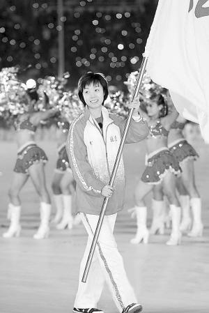 全运会开幕式上,张怡宁作为北京代表团旗手,闪亮出场。