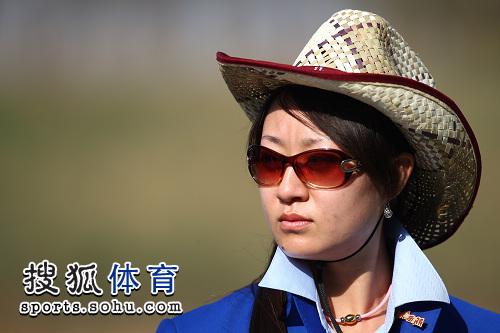 组图:男子飞碟决赛王义夫观战 美女裁判很惊艳
