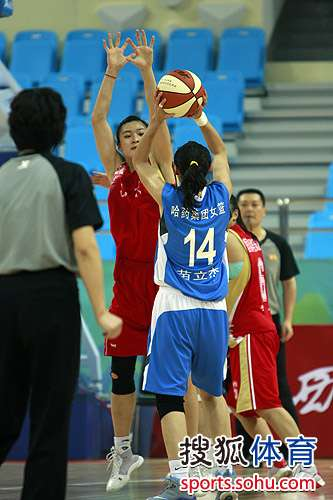 图文:女篮排位赛黑龙江VS山东 苗立杰跳投