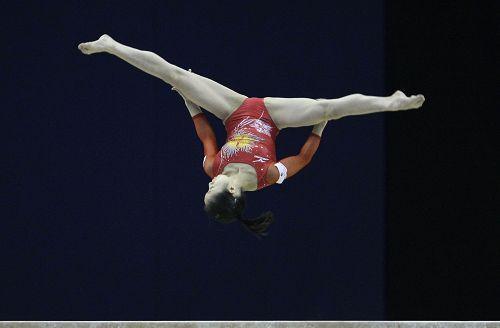 图文:世锦赛女子平衡木决赛 鹤见虹子舒展双腿