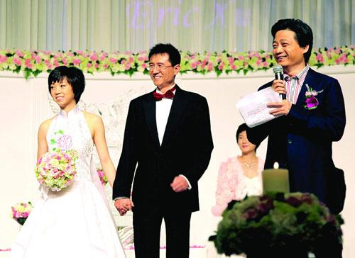 新婚大喜,张怡宁和徐威笑容满面。