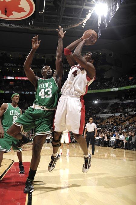 图文:[NBA季前赛]凯尔特人胜猛龙 波什跳投