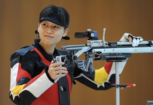 10月19日,广东队选手易思玲在第十一届全运会射击比赛女子10米气步枪决赛中,以504.1环的成绩获得冠军。新华社记者 焦卫平摄