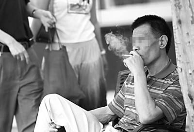 公共场所到处有人吸烟 摄影 何雯亚